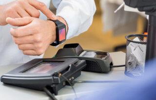 Płatności smartwatchem w sklepie