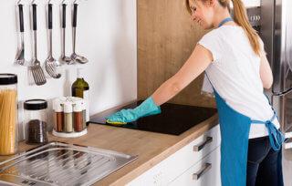 Czy można czyścić płytę indukcyjną płynem do szyb?